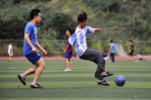 Fan Ling Uses His Feet To Work
