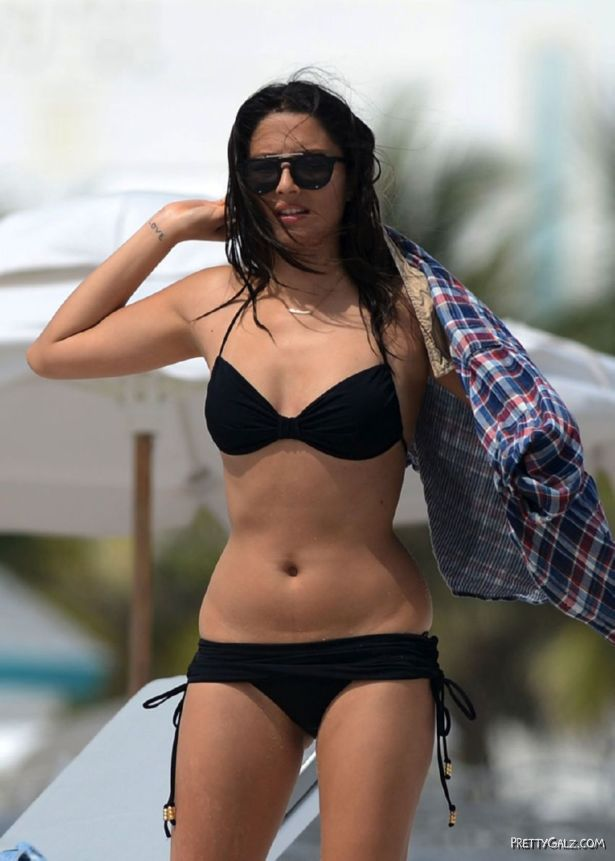 Jessica Gomes In Black Bikini At The Beach